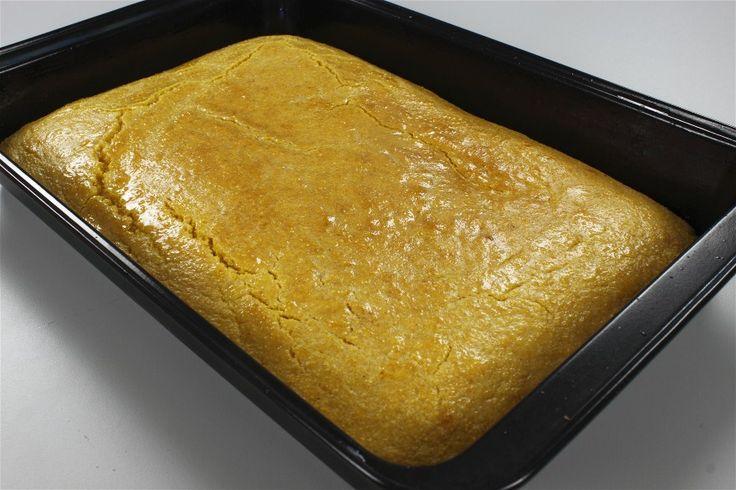 Sæt en bradepande i forvarmet ovn ved 180 grader C. alm. ovn i ca. 5 minutter.<BR> <BR> Bland de tre slags mel, bagepulver og sukker.<BR>  <BR> Lun mælken, og tilsæt smeltet smør og æg. Bland