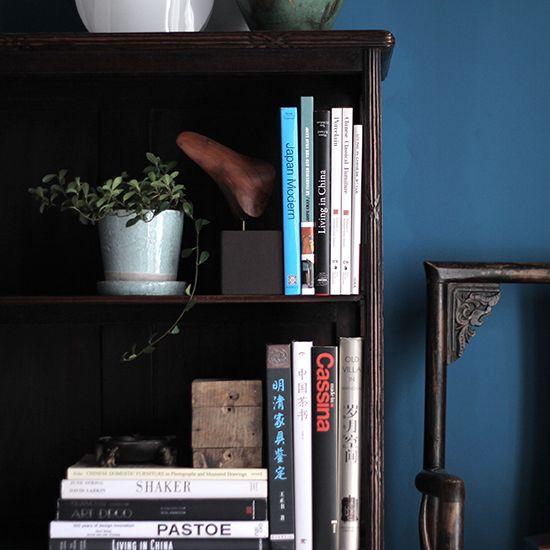 上海アールデコの書棚です。 全体の装飾が素晴らしく、これもまさに上海家具の特徴的なデザインの棚だと思います。 まず、脚部が有機的なまるで生き物の様な形をしています。個人的には少しバランスが変に見えますが、 それもまた面白い点だと思います。天板、側板、棚板などの細かい部分にも繊細な装飾、 そして棚中央の仕切り板も面白い形になっています。非常に個性的です。 サイズが大きいので本はもちろんたくさん収納できますし、飾り棚として使うのも面白いと思います。 雰囲気もあり、また他にはない珍しく面白い棚ではないかと思います。