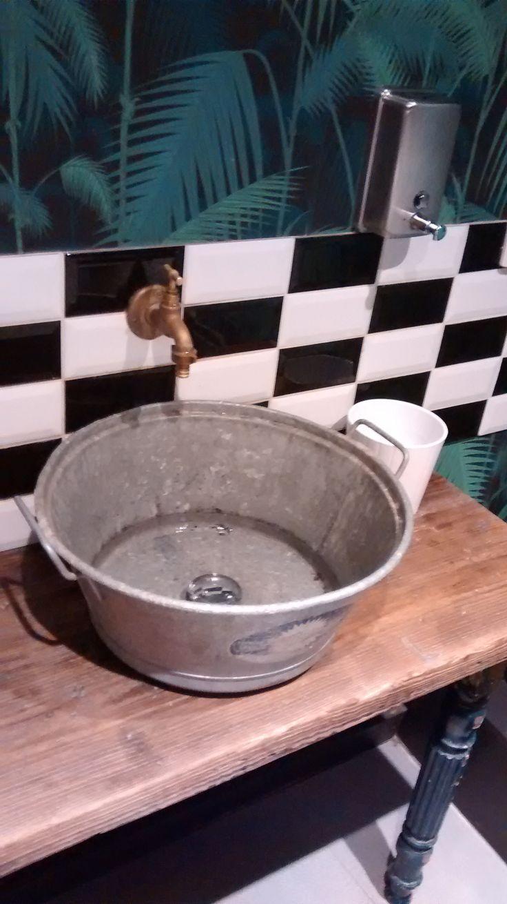 Un lavabo vintage ? Avec une bassine, de l'imagination et quelques outils, vous pourrez rendre votre salle de bain unique #DIY #deco #idee