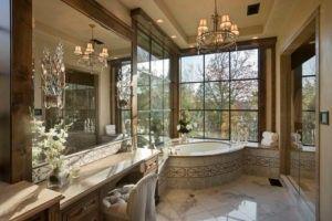 Eine Ära Bad mit Eckbadewanne für lange Einweichen und einem breiten klar 6-Panel-Glasfenster, die entspannenden Blick von außen grün bietet.