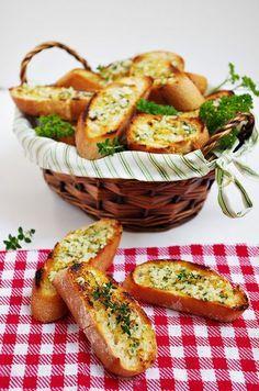 Pan de ajo: Picamos 2 dientes de ajo y perejil y mezclamos con mantequilla; pintar con la mezcla rebanadas de pan (mejor del día anterior); meter al horno precalentado a 180 grados unos 10 minutos, envuelto en papel de aluminio, dejar sin papel 2 minutos bajo el grill. Servir caliente  -  Garlic bread (Imagen by CreatiVegan.net on Flickr)
