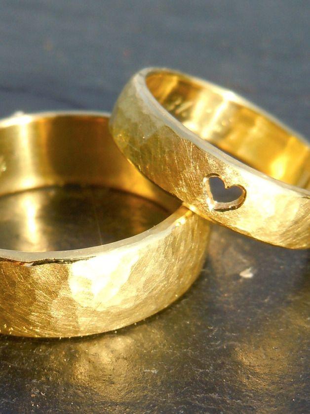Trauringe-Eheringe *Mein Herz* Gold - gehämmert  Solide, goldene Trauringe mit gehämmerter Oberfläche und einem ausgesägten Herz im Damenring.  Achtung ! Der genaue Preis dieser Trauringe...