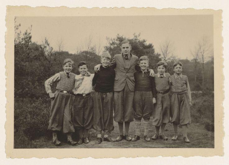 NSB   Vijf jongens in plusfour, Jeugdstormers?, NSB, Anonymous, 1934 - 1935   Jongens van de Jeugdstorm? niet in uniform maar allen in plusfour poseren buiten voor de fotograaf.