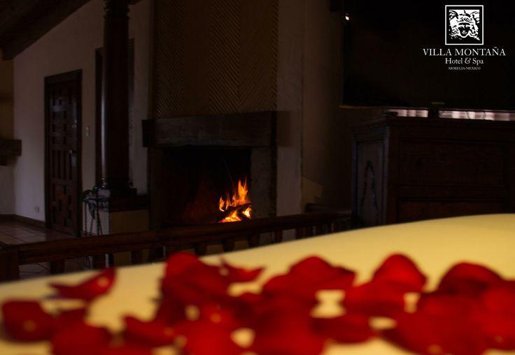 Todas nuestras habitaciones cuentan con chimenea, haz más acogedora tu estancia en esos momentos especiales.  #HotelVillaMontaña