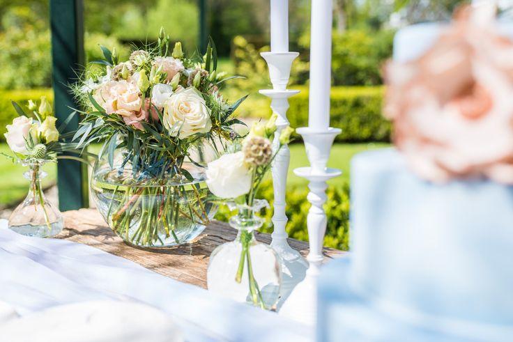 Dusty Blue Wedding | Bloemen op dessert tafel met blauwe en koperen accenten