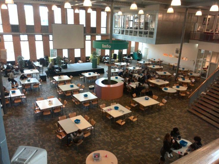Dit is de aula waar leerlingen tijdens de pauze kunnen zitten. Er hangen witte boxen aan pilaren waar de hele dag (op een normaal volume) muziek uit komt. Dit geeft een ontspannen sfeer en lokalen waar les gegeven wordt hebben geen last van deze muziek. Ook komt er voldoende daglicht binnen. Er zijn voldoende tafels beschikbaar voor leerlingen om aan te zitten.