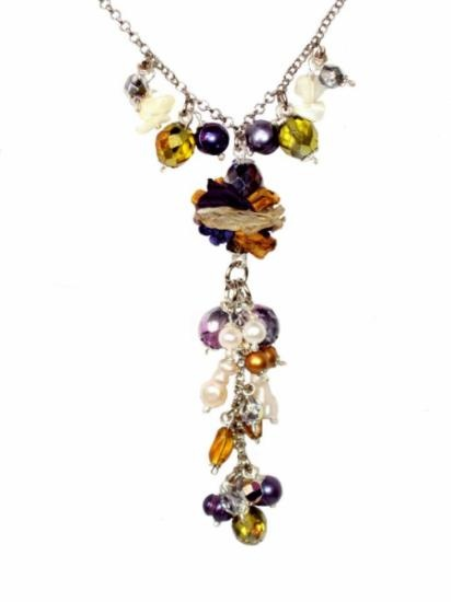 Gargantilla Aldana mini en violeta, mostaza y crudo. Cadena hipoalergénica con 3 baños en paladio y rodio, cristales facetados, perlas de rio naturales y barrocas, y cascallos de madreperla.