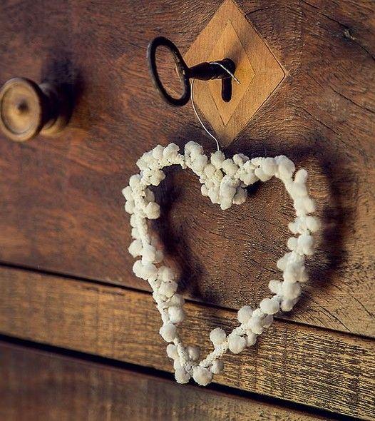 Este coração de arame, decorado com uma fita grelot, é o tipo de detalhe que deixa o quarto de hóspede mais acolhedor para o convidado. Fácil de fazer, ele ainda pode virar recordação para ser levada no fim da visita