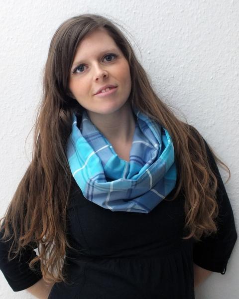 "Der Schal ""Jacky"" ist aus einem wunderbar anschmiegsamen grob-karierten Stoff in blau-türkis-lila-Tönen genäht. Perfekt für den Frühlings-Anfang!! -> 20,00 €"