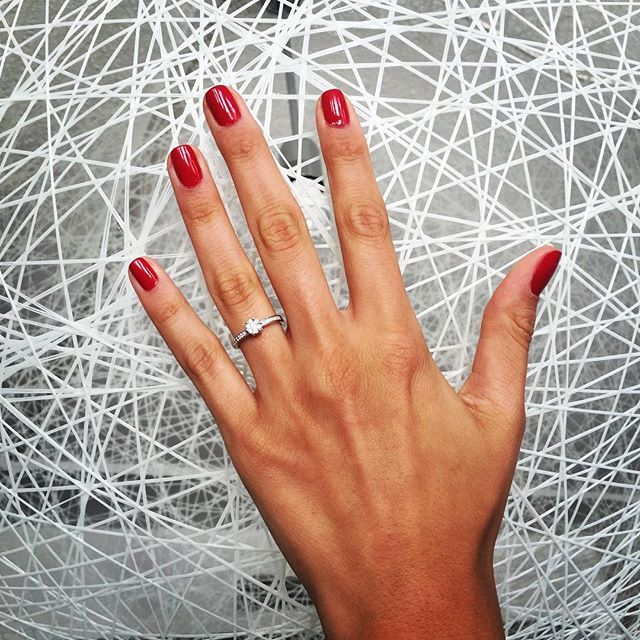 Jede Frau träumt doch von dem perfekten Verlobungsring! Täglich damit konfrontiert, kommen auch wir aus der Schwärmerei nicht mehr heraus ! #christdiamonds #verlobung #ring #engagementring #jewelry #diamondsareagirlsbestfriend #inlove