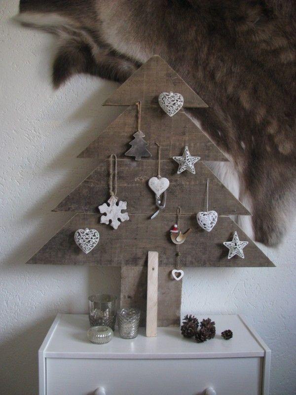 Árvore de Natal feita com madeira reutilizada
