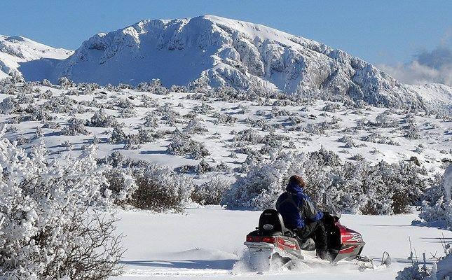 Χιονοδρομικό Κέντρο Ζήρειας, snowmobile στο οροπέδιο! http://diakopes.in.gr/trip-ideas/article/?aid=209964 #travel #greece #mountain #snow #winter