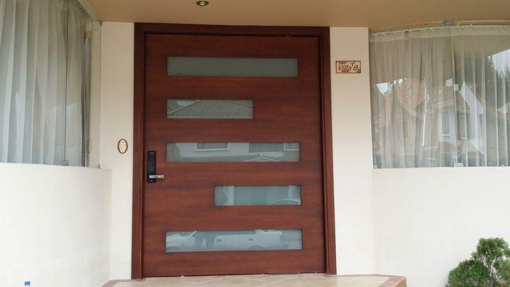 Puerta roble rose, cerradura digital, vidrio laminado, pivot cierre automático, cuidado en el detalle y la mejor calidad garantizada. Cuenca --Ecuador