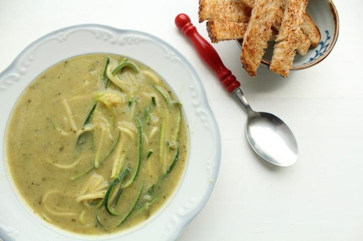Hoe maak je een courgettesoep die vegan is, lekker romig en snel te maken is? Voilà, dit recept is het antwoord. Romige vegan courgettesoep zonder room!