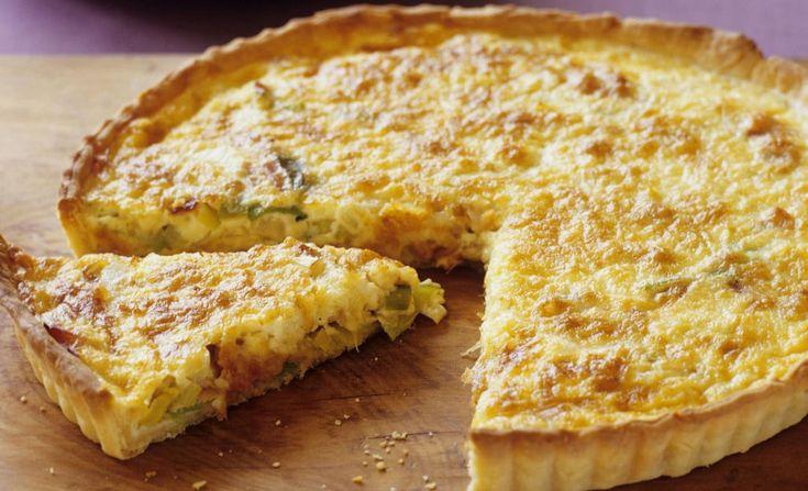 Quiche Lorraine recept - Belegen kaas, tomaat, ui en spekreepjes in perfecte harmonie te midden van de eieren en de room in deze tijdloze klassieker