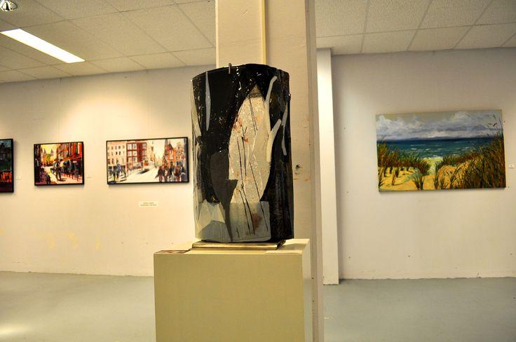 Tijdens expositie EYE-CANDY 12 presenteert Galerie Anita Ammerlaan het professionele werk van 14 kunstenaars in de 1150m2 grote galerie aan de Markt 39 in het centrum van Roosendaal. De expositie biedt weer een mooie diversiteit dat uiteenloopt van schilderijen in verschillende technieken en stijlen, keramiek, vilt, stenen sculpturen en glasobjecten. Vrijdag t/m zondag open van 12:00 tot 17:00, Markt 39 in Roosendaal, meer informatie op www.anitaammerlaan.com Tot 28 augustus te bezoeken.
