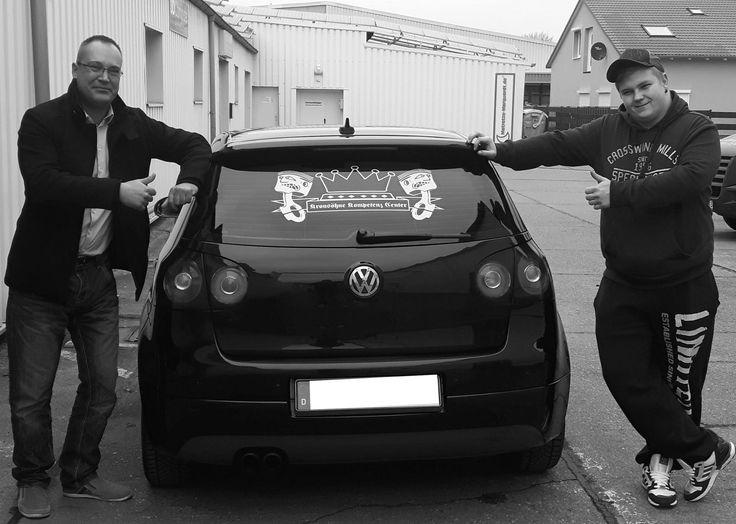 Beschriftung Heckscheibe Folie gold für Pascal. VW Golf V. #vw #golf #volkswagen #beschriftung #davidfehse #aufkleber #gold #oracal #folie #heckscheibe #design #layout #print #kunde #fahrzeug #verklebung #werbung #werbetechnik #magdeburg #delapente #artworks #socialmedia #pr #media #impressions