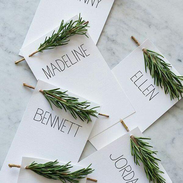 Diese Namenskärtchen zieren die Teller bei uns an Weihnachten. Ganz einfach und dennoch wunderschön!  #tischkärtlein #namenskärtlein #nametags #weihnachten #christmasdecoration #diy #gogreen #greenchristmas #happymonday Via Pinterest