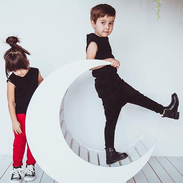 Ребёнок - это,прежде всего, личность со своим внутренним миром и интересами. Одежда не должна мешать открывать личность и характер в ребёнке. #minima_lis #fashionkids #стильнаяодеждадлядетей #детскаяодежда #kids #deti