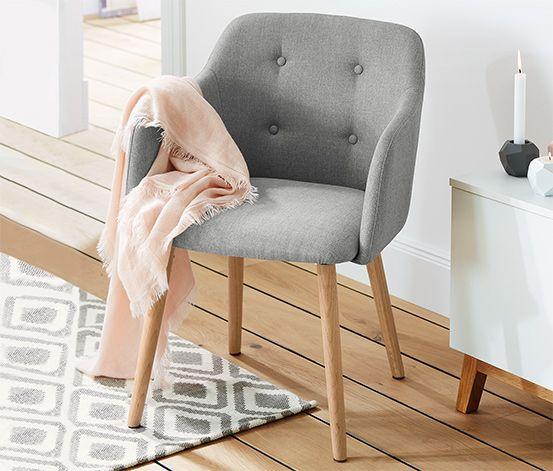 Stuhl für 129,00 € -Dieser Stuhl mit einem Untergestell aus massiver Eiche setzt besondere Akzente in einem modern gestalteten Wohnambiente. Bequem gepolstert und mit hochgezogenen Seiten bietet er einen angenehmen Sitzkomfort. Der Bezug ist besonders pflegeleicht.