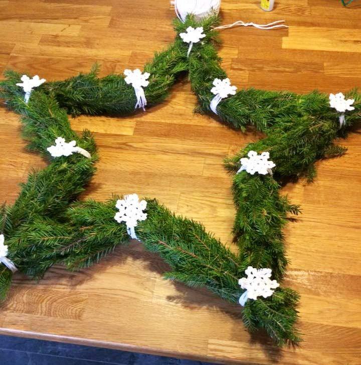 Förvandla tumstocken till en vacker krans | LAND.se | This christmas star wreath gets its shape from using a folding rule as a base