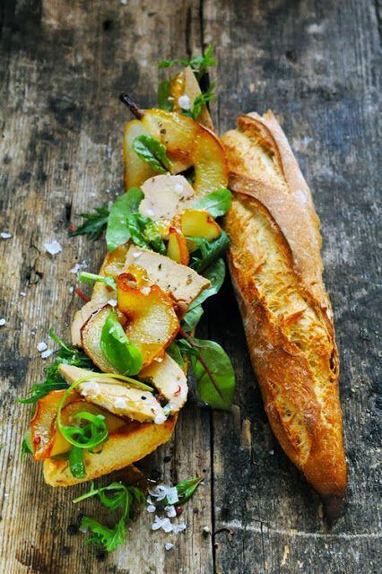 Pour ne pas oublier Noël trop vite, un sandwich au foie gras et aux poires caramélisées.