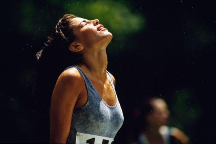 Efectos del ejercicio sobre la temperatura corporal. Al hacer ejercicios, tus músculos se calientan, y sientes en tu frente el sudor. Incluso la respiración se siente caliente. Las dos formas por las que tu cuerpo regula la temperatura del cuerpo son la transpiración y la respiración. Tus músculos ...