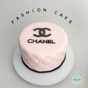 Torta Chanel en Medellín por Dulcepastel.com - Fashion Cake in Medellin by Dulcepastel.com #chanel #chanelcake #fashion #fashioncake #louisvuitton #calvinklein #clavinkleinbag #louisvuittonbags #chanelbags #fendi #fendibag #cocochanel #tortasmedellin #tortaspersonalizadas #tortastematicas #cupcakes #cupcakesmedellin #tortasdecoradas #cupcakes #tortasfrias #tortasfondant #tortasartisticas #tortasporencargo #reposteria #medellin #envigado #colombia #reposteriaartistica