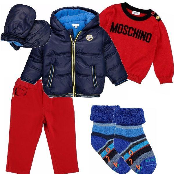 Outfit per il piccolino di casa, composto da pantalone e pullover di Moschino Baby, sarà bellissimo nelle foto ricordo con la famiglia sotto l'albero di Natale, e per andare a passeggio un bel piumino invernale e guantini per proteggerlo dal freddo. .
