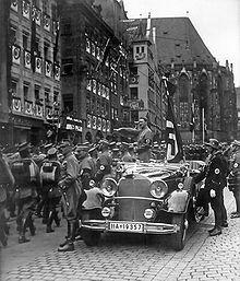 Hitler triunfante pasa revista a los miembros de las SA con motivo del congreso del partido en Núremberg en 1935, algo que el Führer hacía continuamente