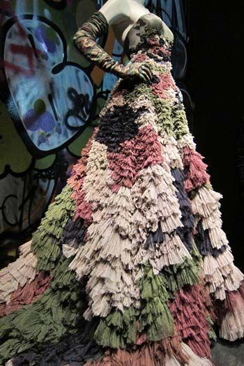 Collectie Romantic India, jurk Dubar. Haute Couture voorjaar/zomer 2000. Lange jurk van gerimpelde tule met camouflage-effect. De jurk is gedragen door Sarah Jessica Parker (actrice van Sex in the City) tijdens de MTV Awards, New York, 2000.