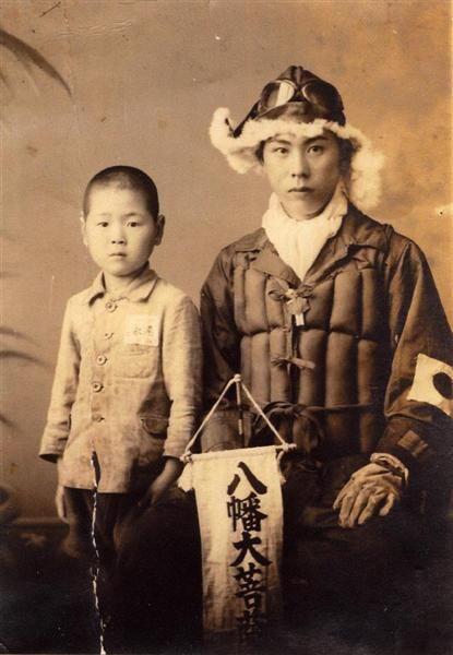 出撃前の飛行隊員と速水少年の写真(速水勝久氏提供)/ A boy with Kamikaze pilot, 1944 (Sortie the day before)