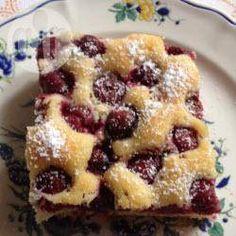 Omas Weichselkuchen (Kuchen mit Sauerkirschen) - Dieses Rezept für Weichselkuchen habe ich von der Oma meines Freundes. Ein schnell gebackener Kirschkuchen vom Blech. @ de.allrecipes.com