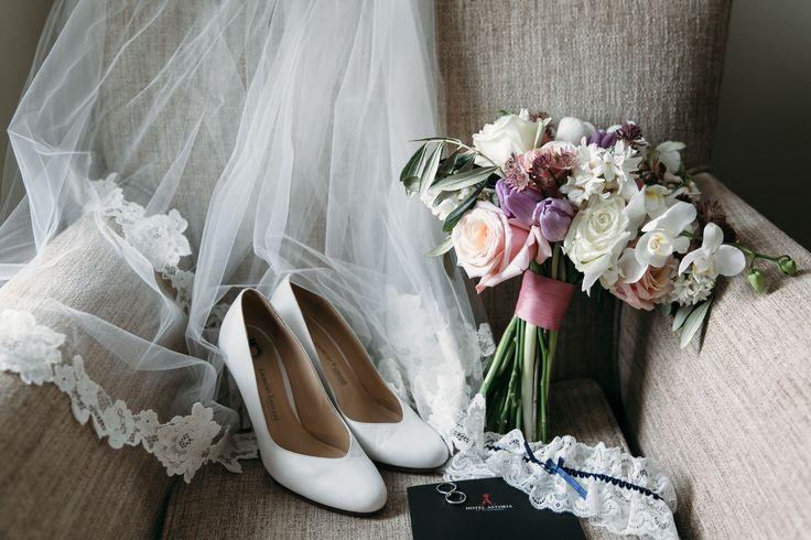 Романтичный букет невесты из тюльпанов, роз, орхидеи и зелени оливки