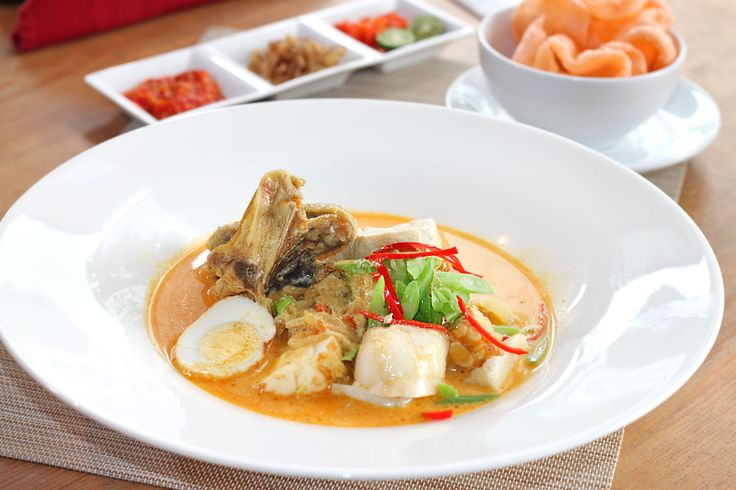 KETUPAT SAYUR ATRIA It's a yummy dish with pieces of ketupat served in coconut milk soup. A favorite menu in Tangerang with delicious taste. This classic Tangerang cuisine traditionally contains chicken and is flavored with various spices such as jali fruits. Ketupat Sayur uses slices of chayote in julienne style.