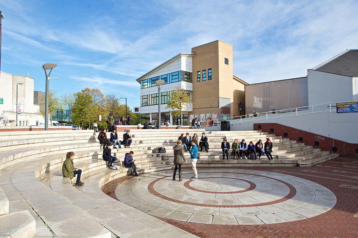 University of Warwick — это практически идеальное сочетание академической жизни и студенческого досуга. Вуз входит в десятку лучших в Великобритании, имеет 65 спортивных клубов и более 200 студенческих сообществ.  Университет расположился на огромной территории всего в 20 мин езды от Бирмингемского международного аэропорта и в 2 ч от британской столицы. Кстати, в 2015 году вуз отпраздновал свой юбилей — 50 лет со дня основания. Неудивительно, что успехам юного University of Warwick завидуют…