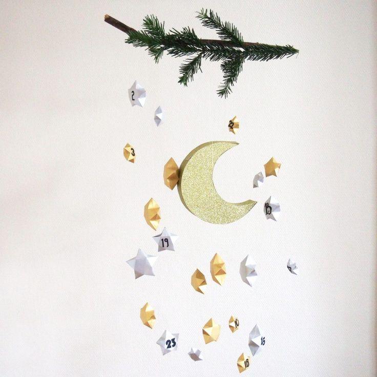 Calendrier de l'avent sous forme de mobile avec ses étoiles et sa lune, diy réalisé à partir d'étoiles en papier et d'une pinata lune. Tutoriel à retrouver sur www.rosecaramelel.fr/blog #calendrier #lune #etoiles #avent #stars #calendrier #calendrierdelavent #mobile #mobile