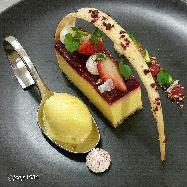 """2,010 mentions J'aime, 5 commentaires – Foodartchefs (@foodartchefs) sur Instagram : « Revisit: By @joejs1936 """"Set Mango cheese cake with raspberry topping, Passion fruit sorbet,… »"""