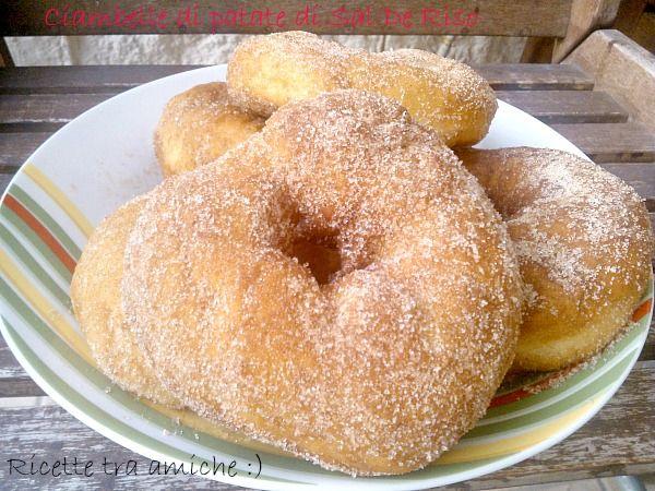 Ciambelle dolci di patate di Sal De RisoIngredienti 250 g di patate lesse schiacciate con la forchetta 250 g di farina 15 g di lievito di birra 50 g di burro morbido 50 g di zucchero 2 uova a temperatura ambiente 1 baccello di vaniglia 1/2 scorza di mandarino o arancia grattugiata 1/2 scorza di limone grattugiata Un pizzico di sale Olio di arachidi per friggere Zucchero e cannella q.b. per guarnire