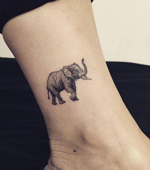 Tatouage femme : un petit tatouage éléphant sur la cheville