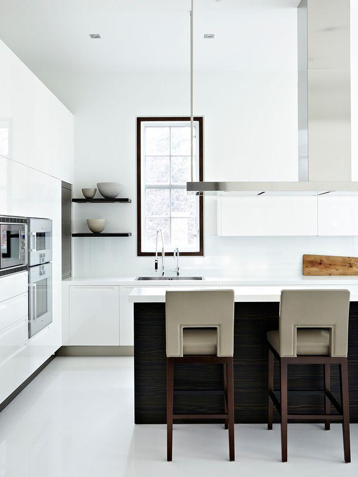 Strakke, moderne keuken met een goed en speels lijnenspel. Het zorgt voor een beetje spanning!