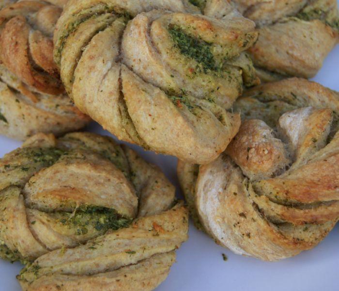 Hvidløgssnurrer fra traditionalisten.dk - sprøde og bløde, med smeltet hvidløgs- og persillesmør - perfekte til lasagne, grillmad eller en lækker vintersuppe.