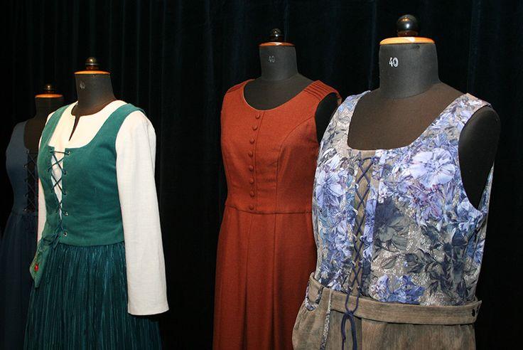 Oulun seudun ammattiopiston (OSAOn), Pikisaaren yksikön vaatetusalan artesaanit saivat tehtäväkseen suunnitella ja valmistaa asiakkaalle kansan- tai kansallispukujen innoittamana modernin vaatteen. Oulu (Finland)