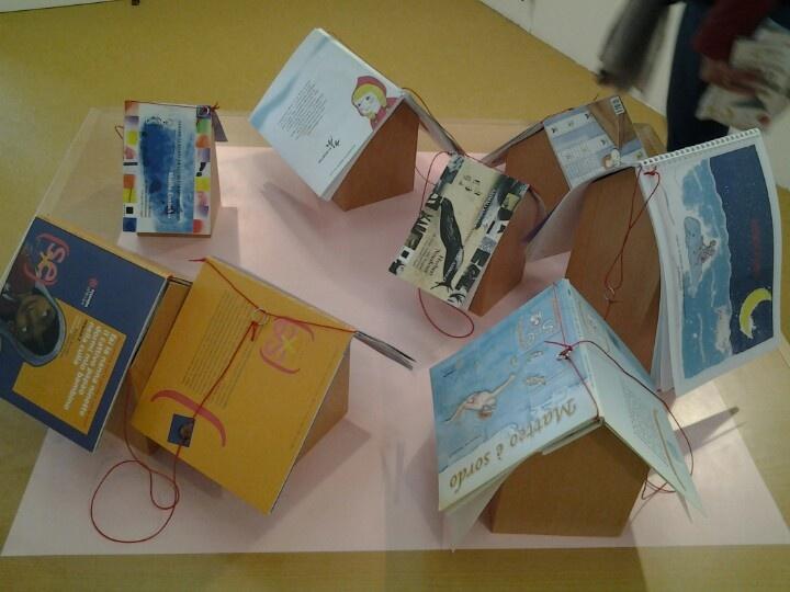 La mostra dei libri modificati all' interno di Vietato non sfogliare