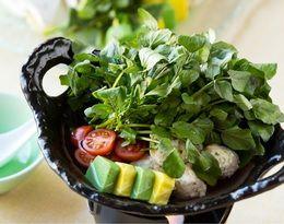 写真:ほのかな苦みに春を感じる「沢のクレソン鍋」村民食堂 「美しい村」 - 星野リゾート