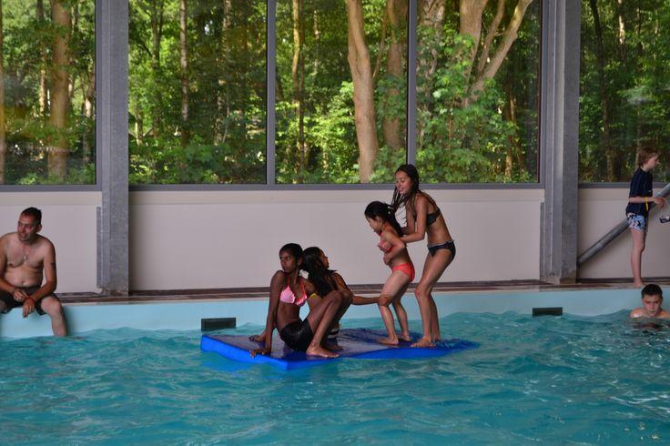 Behendigheidsspelletjes in het zwembad.