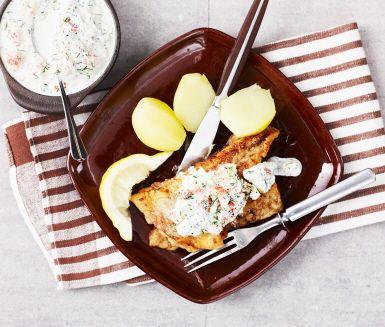 Stekt torsk, eller annan vit fisk, blir rena sommarrätten tillsammans med denna smaskiga försvenskade variant på tzatziki.  Gräddfil, riven gurka och vitlök får sällskap av kräftstjärtar i denna sås om även passar utmärkt som röra till bröd eller rökt fisk.