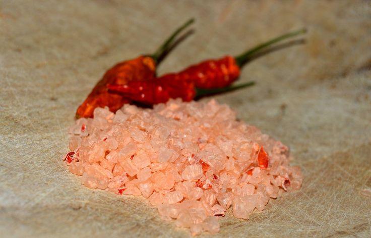 Chilli+sůl+hrubá+Chilli+sůl+hrubá+-+jemně+pálivá+hrubozrnná+sůl,+vhodná+do+mlýnků,+skvěle+ochutí+drůbeží,+vepřové+maso......lze+solí+ochutit+libovolný+pokrm+ať+při+vaření+nebo+již+pokrm+hotový.+složení:+mořská+sůl,+chilli+paprička+baleno:+celofánový+sáček,+200g