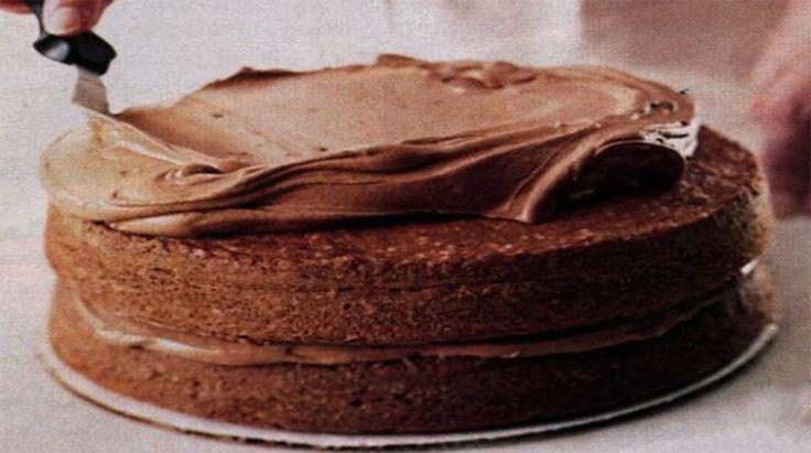 Vă prezentăm o rețetă de cremă fiartă de ciocolată. Este cel mai simplu și genial mod de a pregăti o cremă delicioasăși fină, ce se fixează foarte bine pe blat. Se potrivește perfect pentru orice tip de desert, fie acesta un tort, ecler, prăjiturisau chiar clătite. Respectați proporțiile ingredientelor și pașii de preparare, pentru a obține o cremă perfectă cu gust intens și aromă irezistibilă. Echipa Bucătarul.euvă dorește poftă bună alături de cei dragi!