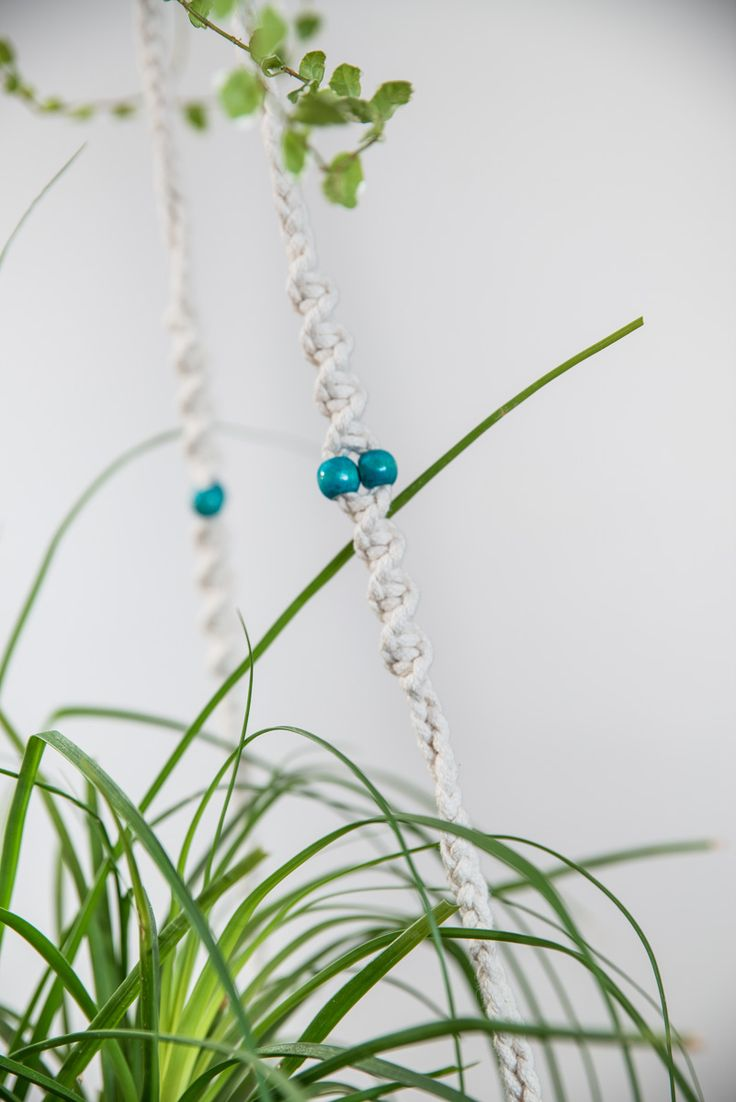 Suspension en macramé bymadjo.com Modèle Zephyr Suspension macramé Suspension plante Suspension pour plantes Perles turquoise coton blanc